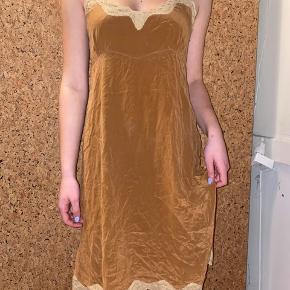 En kjole/natkjole. Basic silk Noa noa  Tag 3 Items med brun baggrund og få den billigste gratis😊