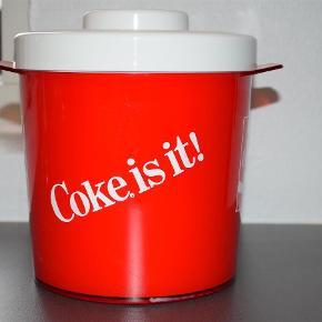 Brand: Coca cola spand anno 1977 Varetype: Is spand Størrelse: Se billede Farve: Rød og hvid Prisen angivet er inklusiv forsendelse.  Original Coca cola is spand fra 1977 - kun brugt til dekoration på ungdoms værelse i 70'erne 😊    Bud ønskes ... Dog har vi retten til ikke at sælge for enhver pris 😊
