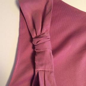 Silkeagtig top i let krøllet kvalitet. Den er i to lag, med lynlåslukning i siden  Top Farve: Gammelrosa