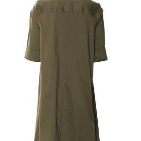 Helt ny med prismærke  Lækker army skjorte fra Imperial. Har lange ærmer med en knap på manchetten (er smøget op på billedet). Har et flot fald og er længere bagtil. Har klassisk skjortekrave og knapper i den øverste del.   Farve: army Kvalitet: 79% bomuld, 18% polyamid, 3% elastan