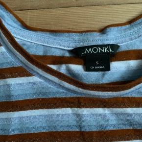 T-shirt med glimmer fra monki. Er lidt krøllet på billedet, men fremstår ellers helt perfekt og ny, da den kun er brugt 2 gange.
