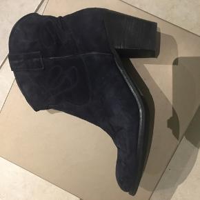 Super fede Cowboystøvler Farve: Blå Oprindelig købspris: 1599 kr brugt få gange   Køber betaler ts gebyr + porto- sender med DAO 38kr.