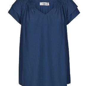 Den populære sunrise bluse i lækker blå farve fra Co'couture. Aldrig brugt - men vasket 1 gang.