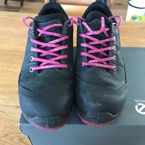 ECCO TERRAIN vandre sko mørkegrå med pink detaljer. Ikke brugt ret meget, som nye. Der er goretex i.  Sender gerne, køber betaler porto:) Køber du to eller flere ting (sko eller tasker) så betaler jeg porto!