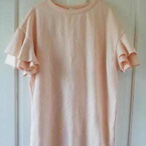 Ferskenfarvet sweater med flæse-ærmer. Kan evt bruges som oversize kjole. Tager ikke billede af tøjet på. ✌️🌺