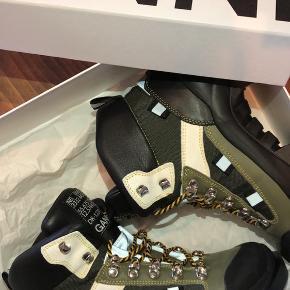 Overvejer at sælge mine Ganni støvler, hvis rette bud kommer. Det er super fede tracking-støvler. De er brugt 10 gange ca, og fejler ikke det store. Skriv for flere billeder