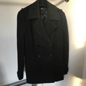 Flot sort dobbeltradet jakkeStr. 40 70% polyester 30% uld Brugt få gange og fremstår som ny