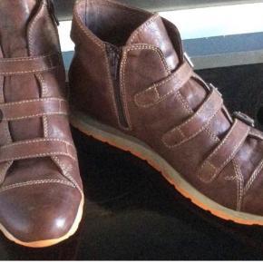 Fedeste læderstøvler. Indvendig sållængde 26 cm.