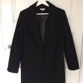 Fineste wolly jacket fra Moss Cph.   Måler 85/86 cm fra skuldersøm, og 55 cm fra æg til æg +-.  Brugt 2-3 gange, så nærmest som ny.  Ny pris 1000kr