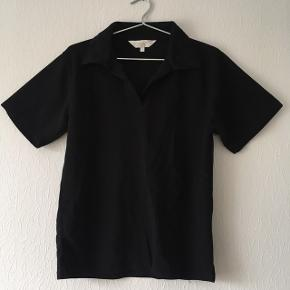Sort polo t-shirt fra SaraLouise, str. M/38-40
