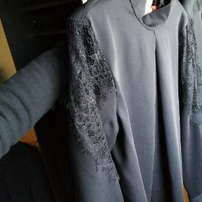 Bluse med mange fine detaljer.  Er blevet brugt 1 gang i få timer og sælges videre grundet størrelsen.  Passer en small til medium.