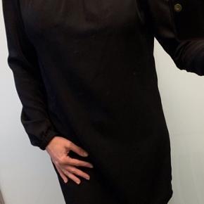 Smuk sort kjole i str S/36 fra Fashion Union.. Viskose med lidt stræk i.. Kan oz bruges som tunika.. Brugt få gange og sælges for 50 kr.  Jeg er selv en str. S/M og er 1.66 cm. Afhentes i Tarup - odense NV  Sender oz😊