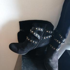 De er lidt slidt nedenunder skoen men ik noget man ligger mærke til, de har en hæl på 9 cm