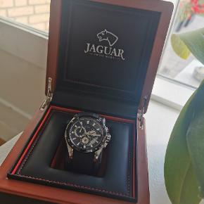 JAGUAR J688/1  NYPRIS: 5.295 KR. SÆLGES: 3000KR.  (BYD GERNE)  Med dette ur får du et sporty og flot herreur med en behagelig gummirem.  uret har monteret safirglas, der er det stærkeste og mest modstandsdygtige glas, et ur kan have. Glasset er ridsefrit, hvilket i praksis betyder, at glasset ikke kan ridses, og derfor fremstår som i rigtig god tilstand.   Uret er kun 1 år gammelt. Original urboks medfølger.   Den lave pris, er grundet akut brug for penge! Derfor er det et røverkøb!