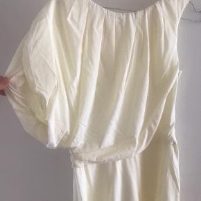 Flot lysegul kjole i 100% silke fra COS. Det er en one-shoulder kjole.   Nypris: 1400kr