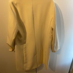 Smuk smuk lang blazer fra Malene Birger  Kun brugt 1 gang  Desværre et hul i lommen - kan dog sagtens fikses.  Nypris omkring 3000. Sælges for 350 pp