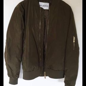 Hej sælger denne her lækre Han København 🙏🏻den har en lille rids på bagsiden af jakken men ellers meget fin😉bare BYD