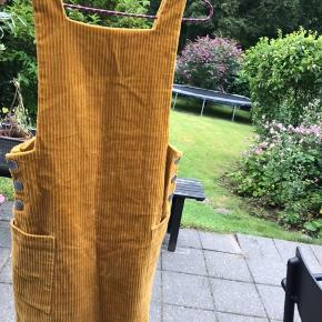 Kjolen er en str. xs og har været brugt få gange.  Den måler 83 cm fra skulder og ned. Køber betaler fragt (DAO).