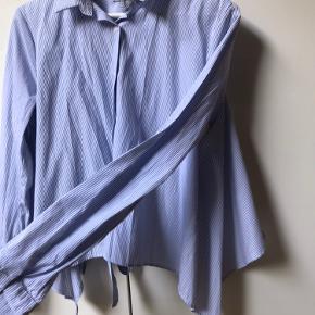 Skjorte fra Pull&Bear. Købt i Frankrig. Aldrig brugt. Ret fedt snit. Se fotos. Skriv endelig for flere.