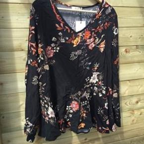 Helt ny skjortebluse str 42-44. Mangler den ene knap ved det ene ærme, den følger dog med. Deraf den billige pris. 200,- incl Porto.