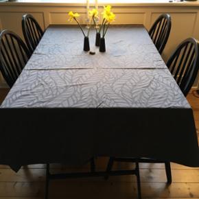 Lækker grå dug fra Södahl i str. 135 x 310. 100 % bomuld, lavet i Portugal.  Står som helt ny, ingen pletter eller andet. Np var 850.