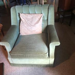 Olivengrøn sofasæt, 3-personers sofa og 2 lænestole i velour.   Meget velholdt trods er par år på bagen.   Skal afhentes i Åbøl. 500kr eller giv bud ved hurtig afhentning.
