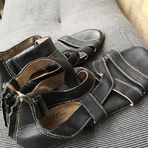 Italienske sandaler i ægte læder. Lukkes via lynlås bagpå. Pæn stand kun brugt få gange.  ▪️Sender gerne/køber betaler porto ▪️Returnerer ikke ▪️Køber betaler ts gebyr