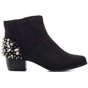 Varetype: støvler sorte imiteret ruskind boots ankel Farve: Sort Oprindelig købspris: 600 kr.  Flotte støvler fra Nelly. Det kan ses, at de er brugt, da der mangler lidt sten og sålen er brugt. Det ses dog ikke, når de er på :-)  De sælges for 75 + porto :-)