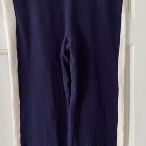Lækre bløde sweatpants fra Lollys  Laundry - elastik og bindebælte i talje og lommer i begge sider.  Farve er Dark Navy m/råhvide striber i siderne