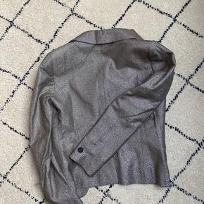 Aaalt for lækker A.P.C blazer som desværre er for lille til mig. Der er skulderpuder i.  Byd gerne.  Tjek mine andre annoncer med #dior #prada #fendi #gucci #katespade #lanvin #APC #celine #céline #chloé #coach  #30dayssellout