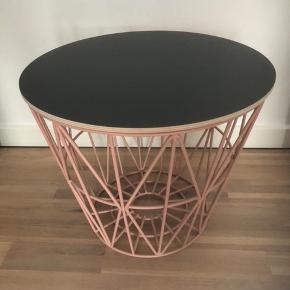 Flot, rosafarvet wire basket fra Ferm Living med sort topplade.  Kan bruges til bord, eller til opbevaring af legetøj, tæpper, puder, garn, etc.   Højde 35 cm Diameter 40 cm   300kr (skal afhentes)