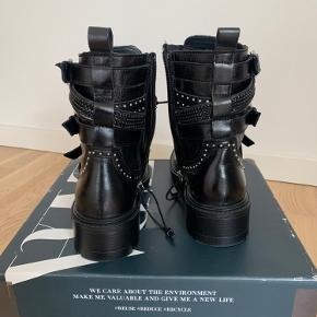 Zara 100% læder boots. Aldrig brugt, kun prøvet på. Sælger dem, fordi de er for stor for mig, men ellers er de størrelsesvarende. Price tag er blevet fjernet, men den Zara skotag er stadig på.