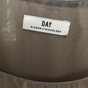 Varetype: Camisole top Farve: Grøn Oprindelig købspris: 1000 kr. Prisen angivet er inklusiv forsendelse.  Flot top fra DAY I 100% silke. Dobbelt lag så den ikke er gennemsigtig. Jeg har skrevet at den er grøn, men farven er lidt svær at definere, er sådan lidt støvet grøn i det, fin farve. Jeg sender med DAO.    **** BYTTER IKKE ****