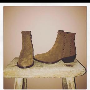 Varetype: Støvler Farve: Brun Oprindelig købspris: 2000 kr.  Fede støvler. Aldrig brugt ! Bytter ikke
