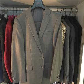 Gråt jakkesæt med lidt shine fra Hugo Boss.   Nypris 5000,-