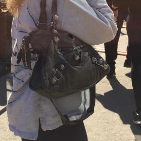 Overvejer at sælge min Balenciaga taske. Den er godt brugt så kom med en bud. Sælges kun hvis rette bud opnås - svarer kun på realistiske bud for mig❤️