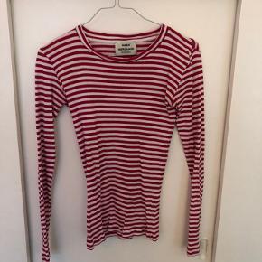 Mads Nørgaard rød/hvid stribet bluse i 100% økologisk bomuld. Str. small.