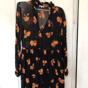 Smuk kjole fra ganni med print. Kjolen er brugt en enkelt gang til Galla i gymnasiet, og den er god som ny🧡 Kan bindes i halsen eller man kan lade stropperne hænge løs