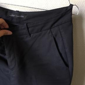 Holder sin form rigtig fint og mister heller ikke farve ved vask. Alm. i str og sidder pænt på