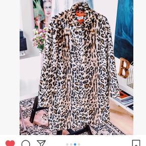 Flot fake fur jakke i leoprint. Ny pris 1600 kr. Skriv for flere billeder.