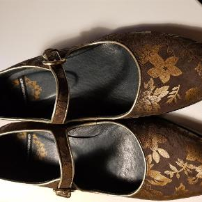 Varetype: Damesko Farve: Brun Oprindelig købspris: 500 kr.  Pæne damesko kun brugt en eller to gange. Brune med guld blade. Hælhøjde er ca 5 cm.