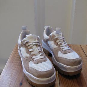 Plateau sneakers. Ruskind og tekstil. Jeg har haft dem på en enkelt aften, så er i fin stand - dog med en plet oppe ved snøren på højre sko.