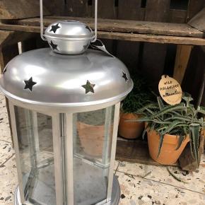 Super smuk lanterne ca 40 cm høj  Har to styk  Stykpris 155 kr