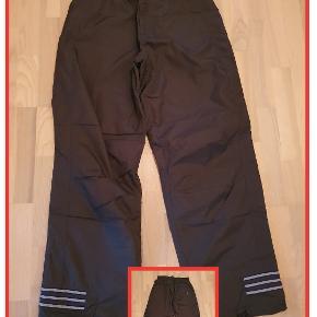 Adidas bukser til udendørs sport str. L  Livvidde 82 cm  Indv. benlængde 81 cm  Brugt få gange  Pris 80,- pp