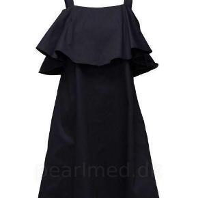Varetype: Smuk kjole i midnatsblå, ny! 2nd lily navy blazer Farve: dark blue Oprindelig købspris: 800 kr.  Smuk kjole med stropper og bred flæse. Skjult lynlås i siden. Materiale: 97% bomuld, 3% elastan. Flot blank bomuld. Ny, dog uden tags!  Længde: ca. 96 cm Brystmål: ca. 46 cm x 2 (plus lidt pga. brystsyning) _______________________________________________ Se også mine andre annoncer og byd gerne :-)