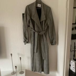 Smukkeste grå ternede trenchcoat/frakke fra envii, brugt enkelte gange. Nypris 950,-