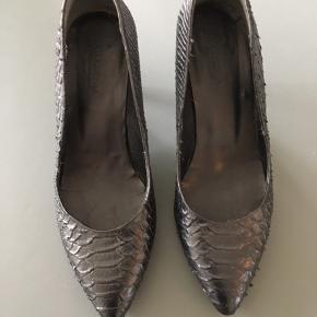 Sorte Gardenia sko med lille hæl.  De er kun anvendt én enkelt gang ved et bryllup for et par år siden.   Nypris: 1.100 kr.