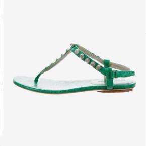 Balenciaga sandaler i grøn læder med G12 hardware i sølv  Nypris: 3.300 kr. FAST PRIS: 700 kr.  Str. 38 - almindelig i størrelsen  Ingen bytte!   Kan hente på Nørrebro ellers sendes på købers regning. ⭐️