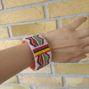 Flot perlebesat bangle armbånd. Vintage. Ca 6 cm i diameter på indersiden. Armbåndet er 3,3 bred. Bytter ikke.  Husk at tjekke resten af mine annoncer. Rydder godt ud.