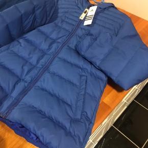 Super lækker jakke fra Adidas den er  Ny med tags og aldrig brugt kun prøvet den er så flot😊😊
